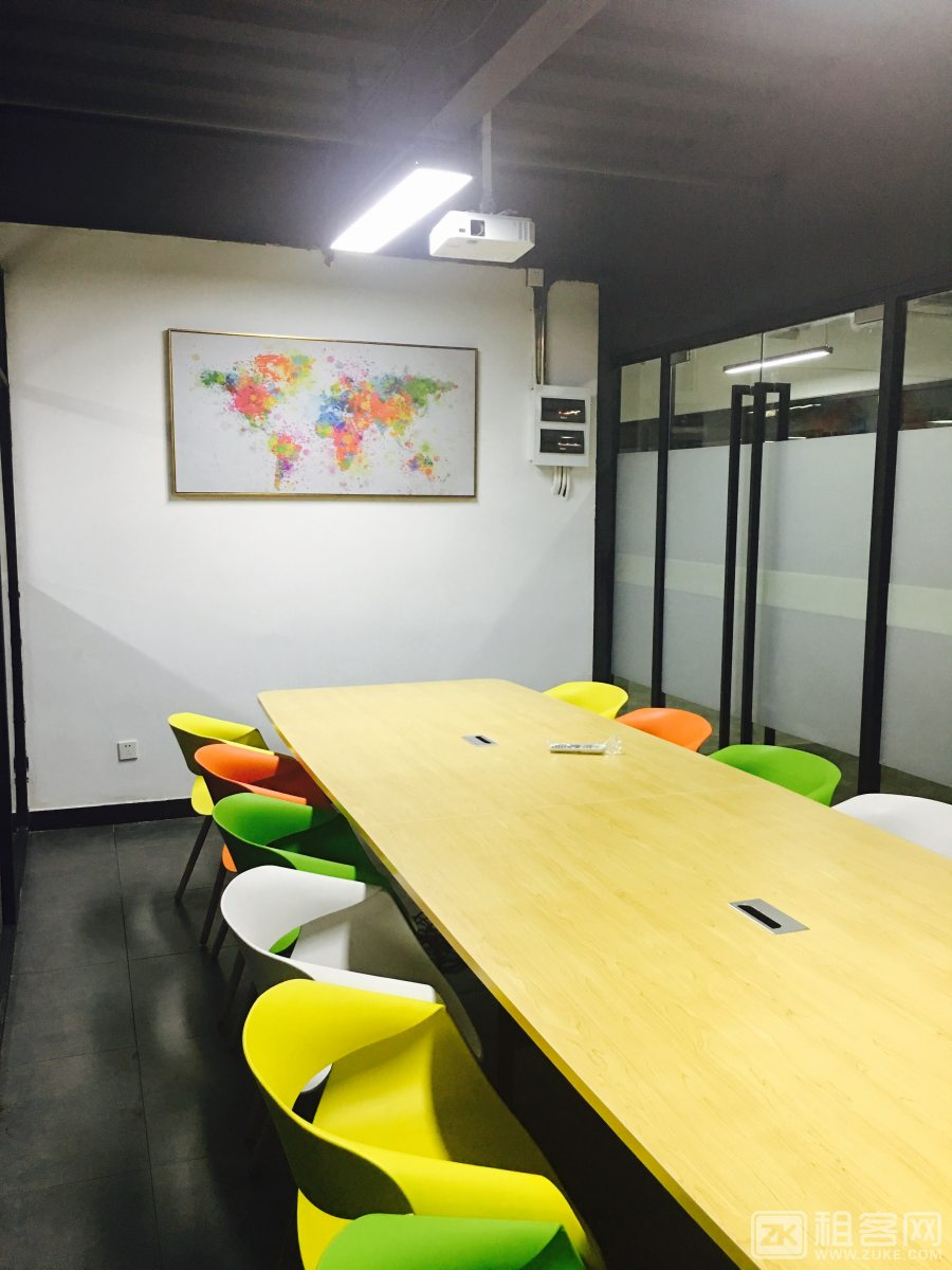 市中心紧邻地铁口,215方超高得房率,有会议室